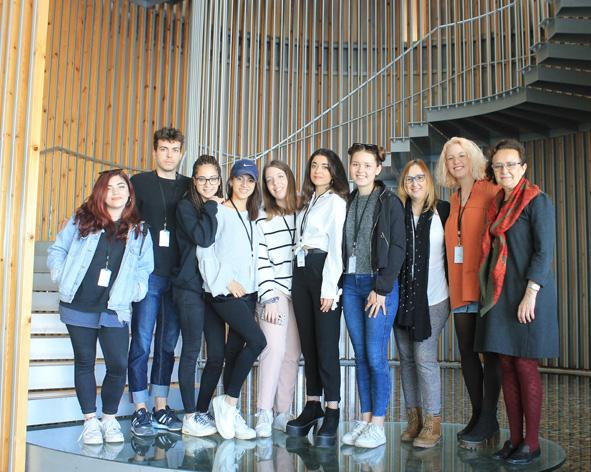 Los alumnos de producto moda Büsra Balaban, Elizabeth Blasco, Diana Ortiz, Josephine Jasko, Alejandro López, Aina Martín, Carme Masip y Lydia Merino, acompañados por las docentes Alicia Bonillo y Marisa Astor